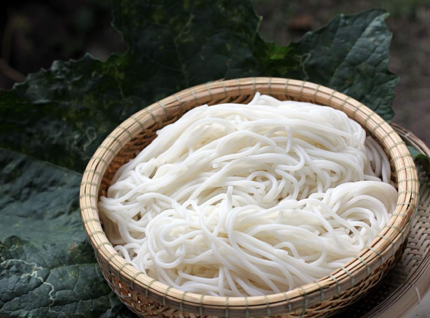 Độc đáo phong cách làm ra sợi bún bằng gạo hữu cơ Organica thơm lành