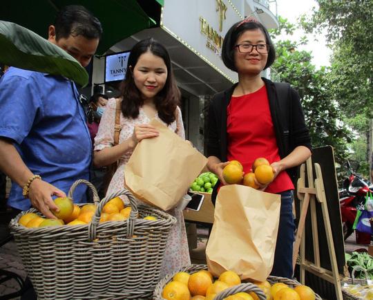 Chị Trần Thị Tuyến, chủ vườn cam Vinh từ Nghệ An vào giao lưu với khách hàng tại TPHCM