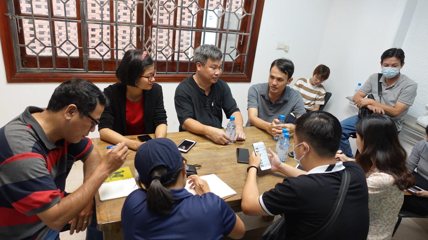 Các nông dân đang giao lưu với các phóng viên báo chí tại văn phòng Organica